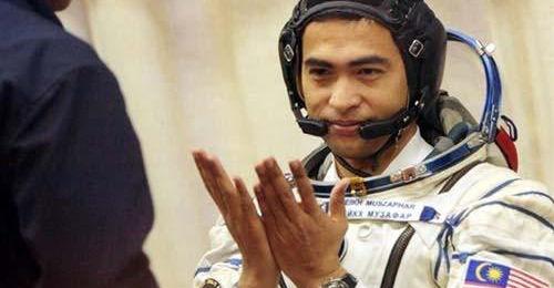 Amaya retira sus salas de los llamados mercados grises - astronaut-praying.jpg