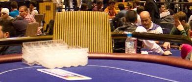 Las mesas vacías recuerdan la cercanía del dinero